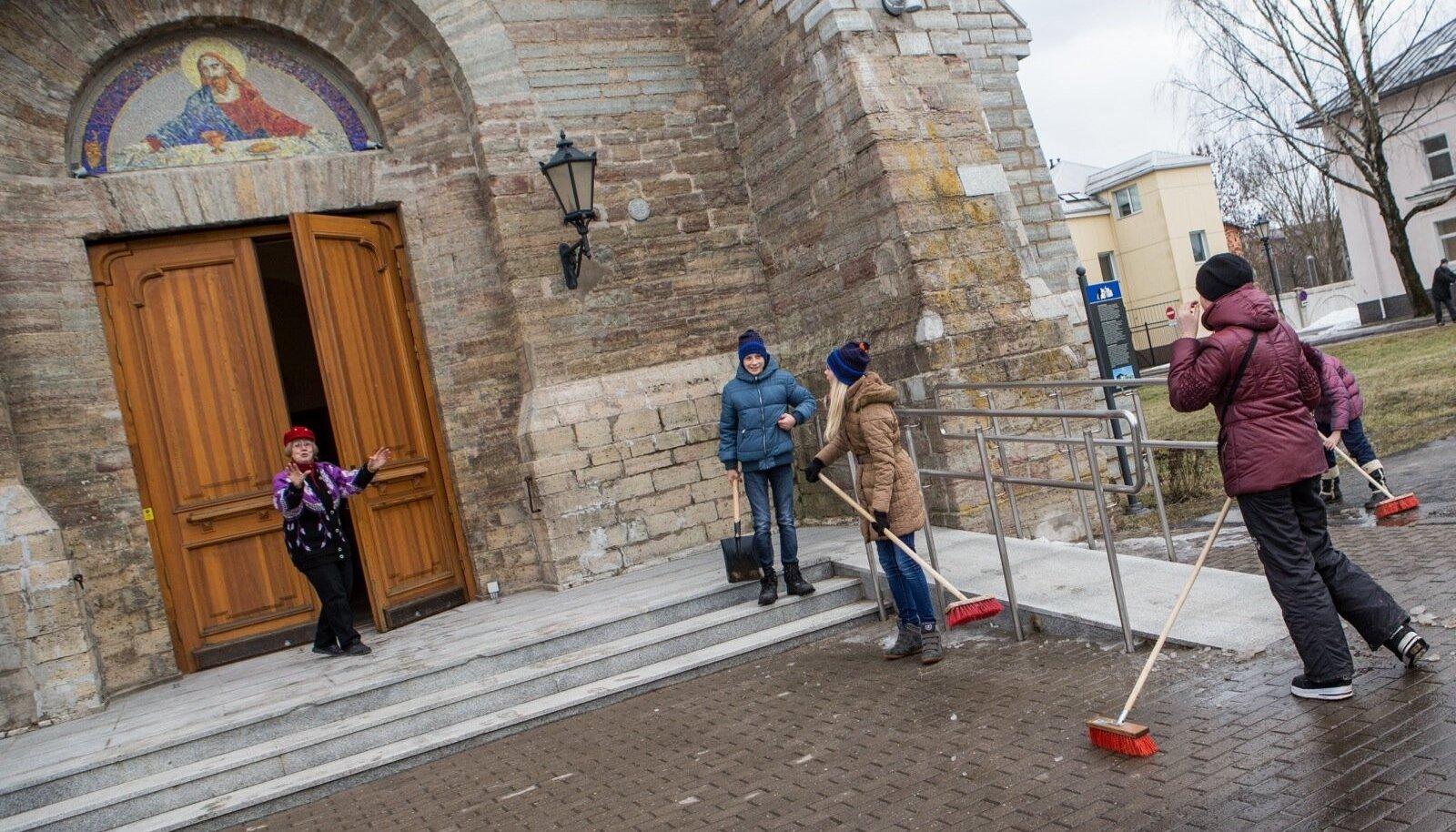 Narva Aleksandri kogudus pole enam suutnud töötajatele palka maksta.  Seetõttu peavad vabariigi sünnipäeva tähistamist Milvia Johannese juhendamisel ette valmistama lapsed.