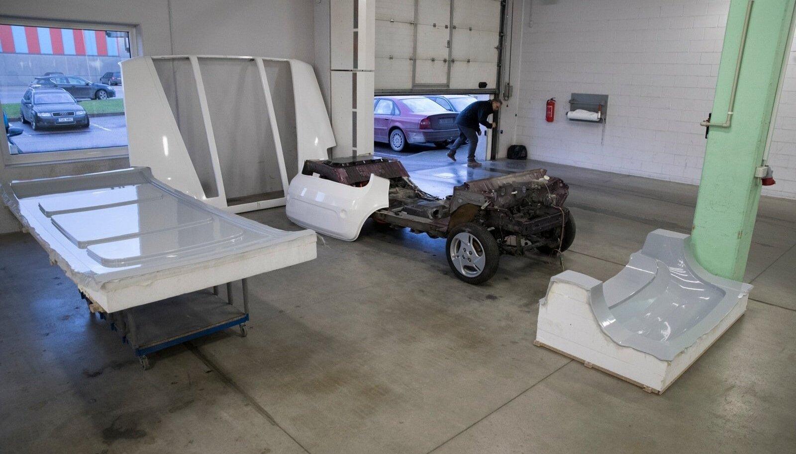 Silberauto töökojas ootab juba elektriauto veermik, millele peagi hakatakse kinnitama isesõitva bussi osi.