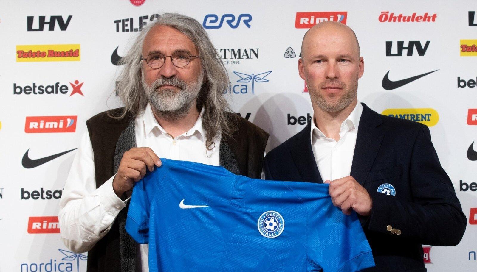 Jalgpalliliidu president Aivar Pohlak esitles koondise värske peatreenerina Karel Voolaidu.