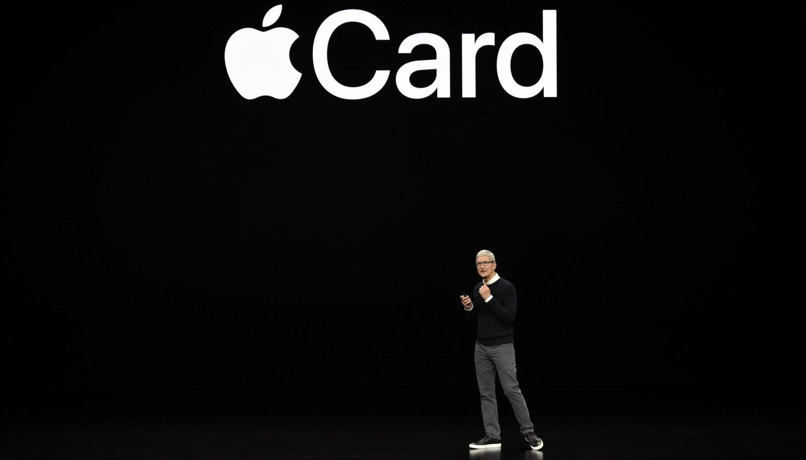 Apple'i juht Tim Cook ettevõtte krediitkaarti tutvustamas