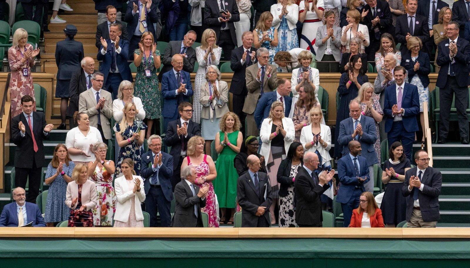 Wimbledoni publik aplodeerib Sarah Gilbertile (all paremas nurgas istumas).