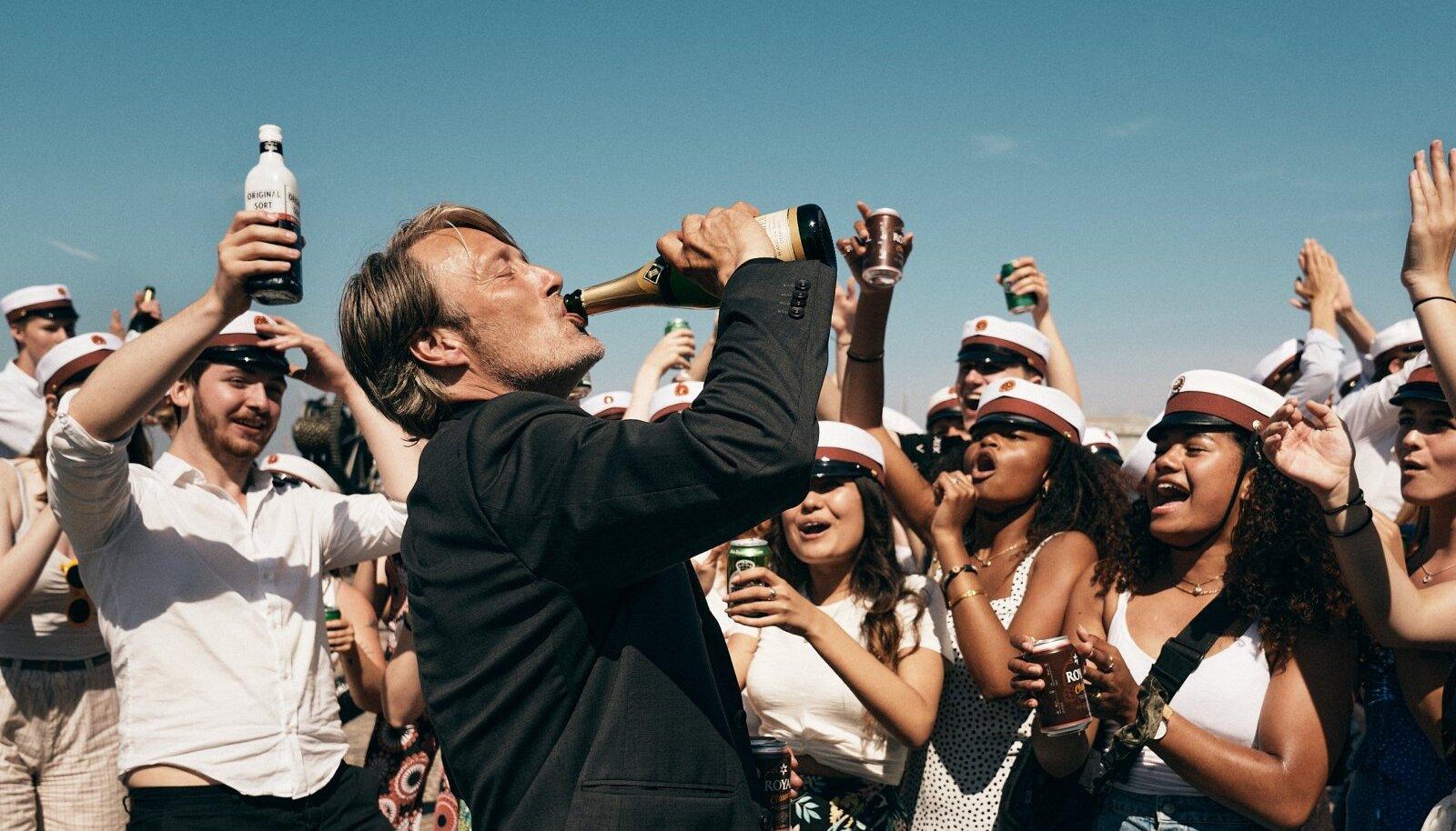 KÕIK ANNAVAD KUUMA: Iga vaataja peab ise välja mõtlema, kas tema jaoks on hullem vaatepilt purjus noored või purjus keskealised.
