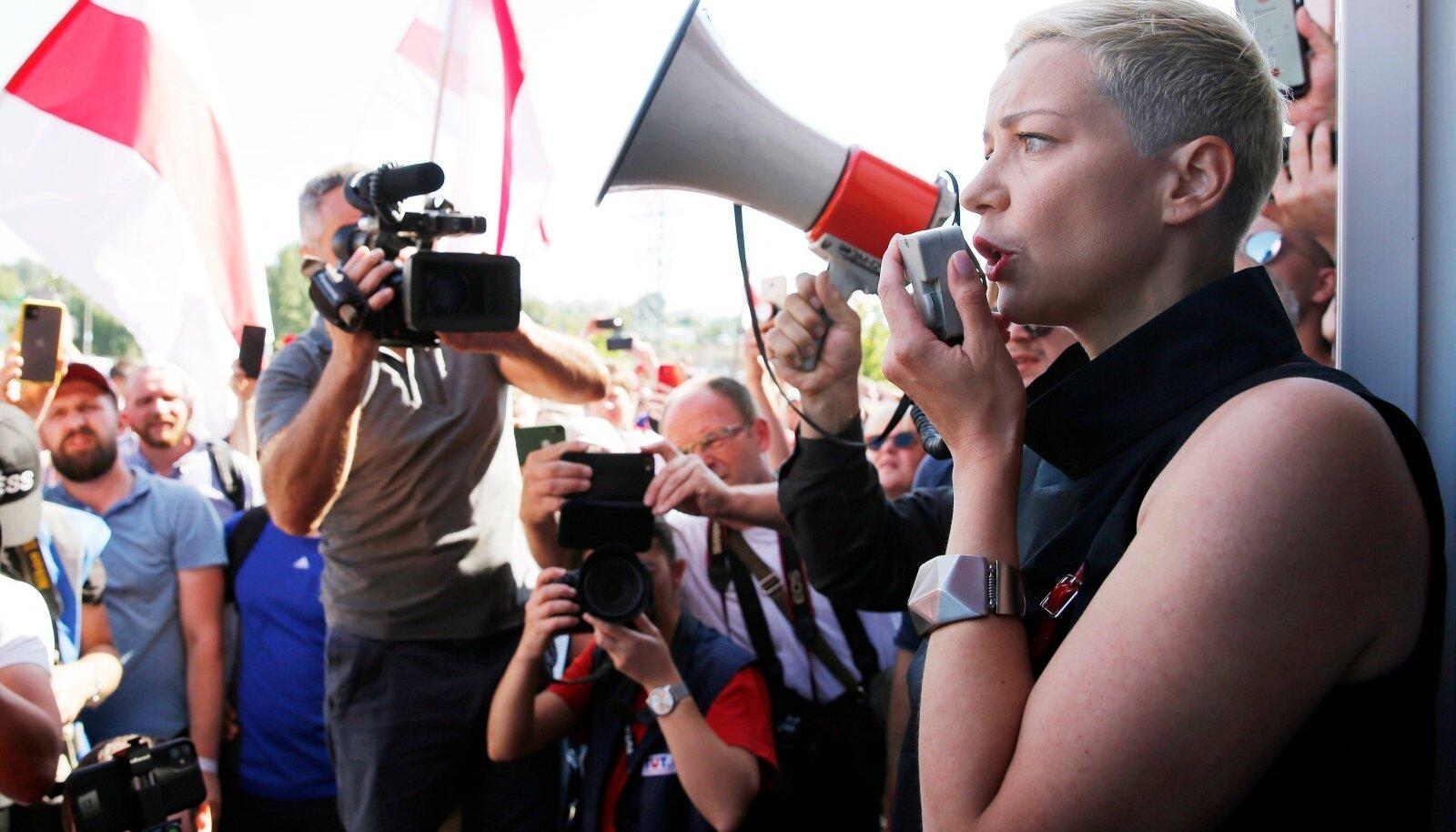 Üks opositsiooni peamisi juhte Marõja Kalesnikava sunniti esmaspäeval istuma tundmatute isikute autosse. Nüüd teatas piirivalve, et ta olevat ebaseadusliku piiriületuse eest kinni peetud.