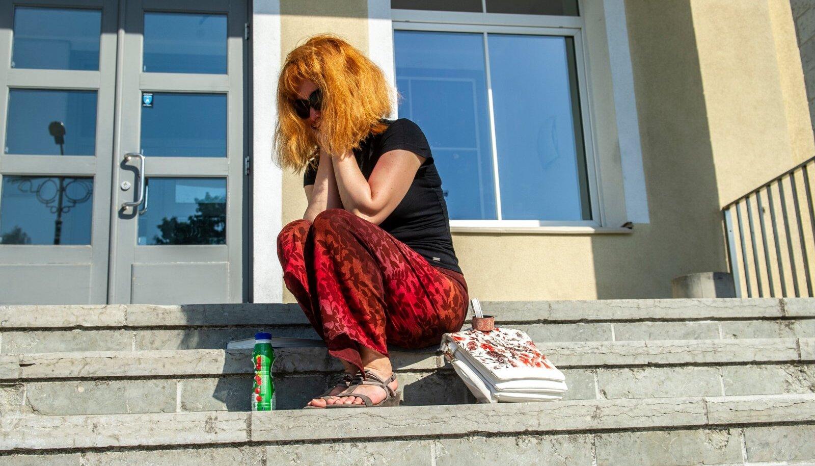 ISTUMISSTREIK: Mõni lapsevanem ütleb, et istun niikaua kooli trepil, kuni lapsele koha leiate, ütleb Pae gümnaasiumi direktor Izabella Riitsaar. See stseen trepil istuvast emast on Riitsaare kirjelduse põhjal fotolavastatud.
