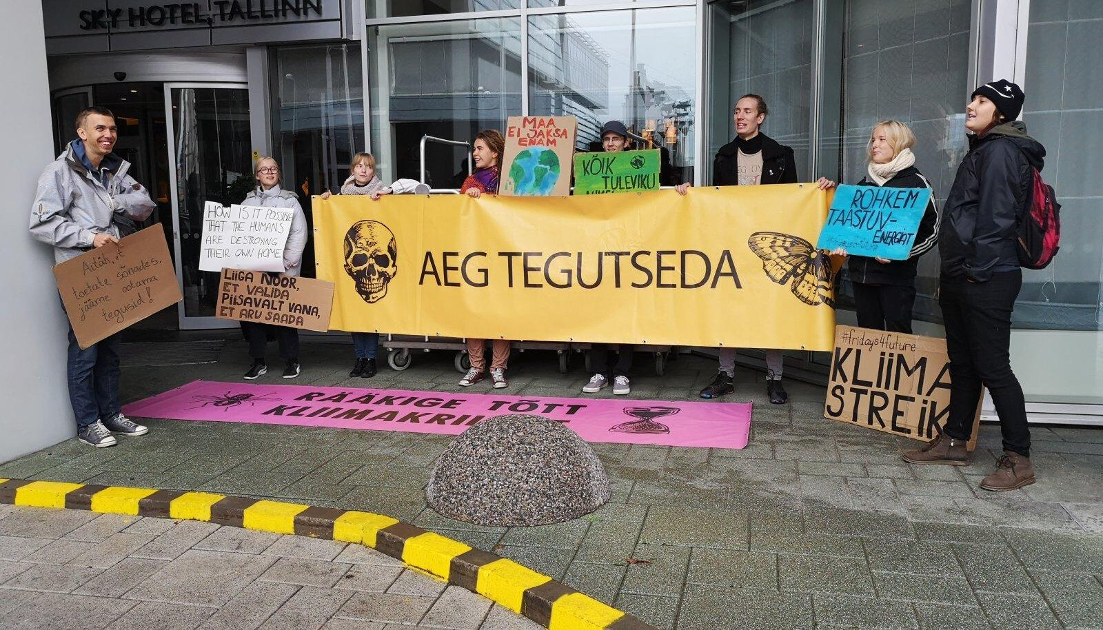 Aktivistid kogunesid täna konverentsipaiga ees, et probleemidele tähelepanu juhtida.