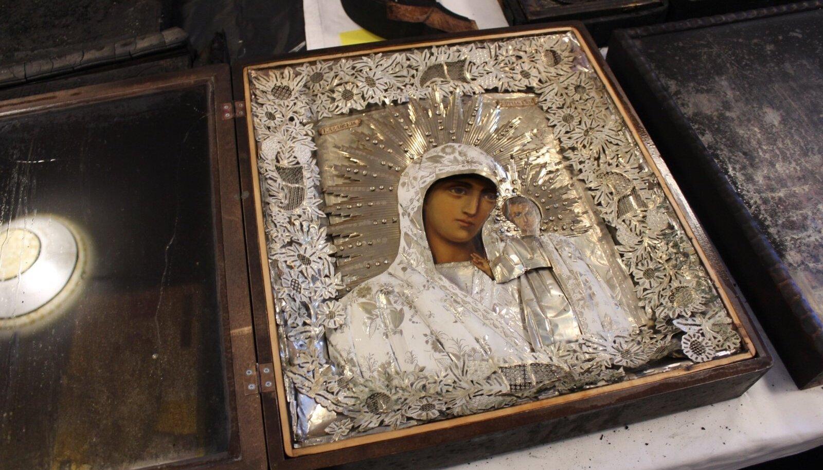 Fotod kiriku interjöörist ja ikoonidest peale põlengut