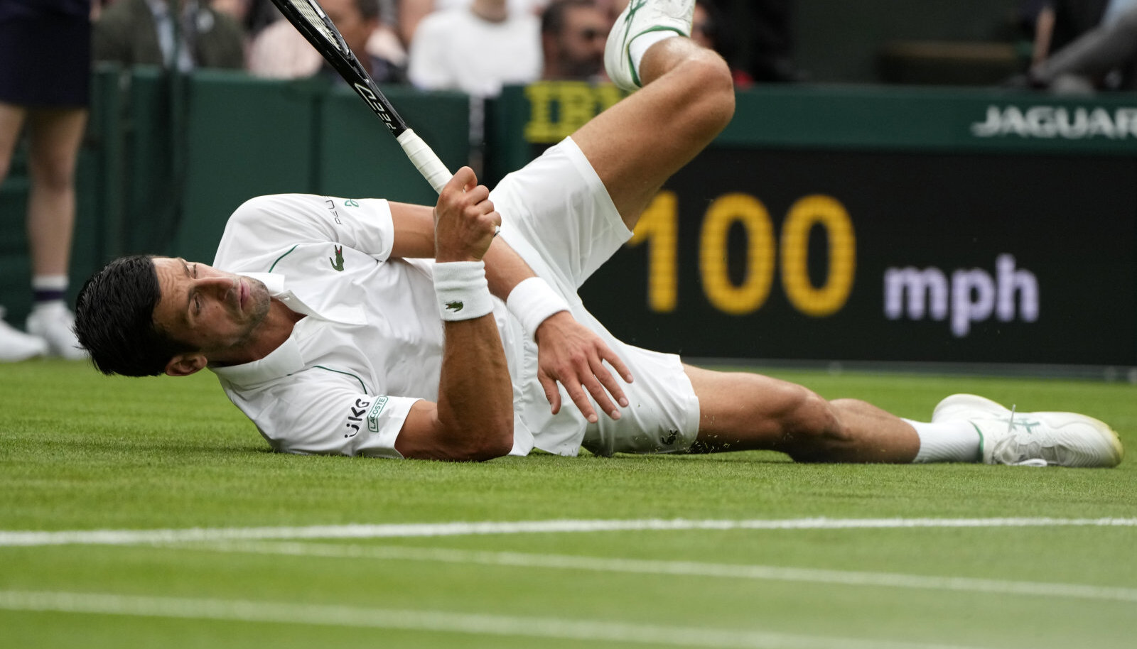 Djokovic libastus avasetis Wimbledoni peaväljaku murul.