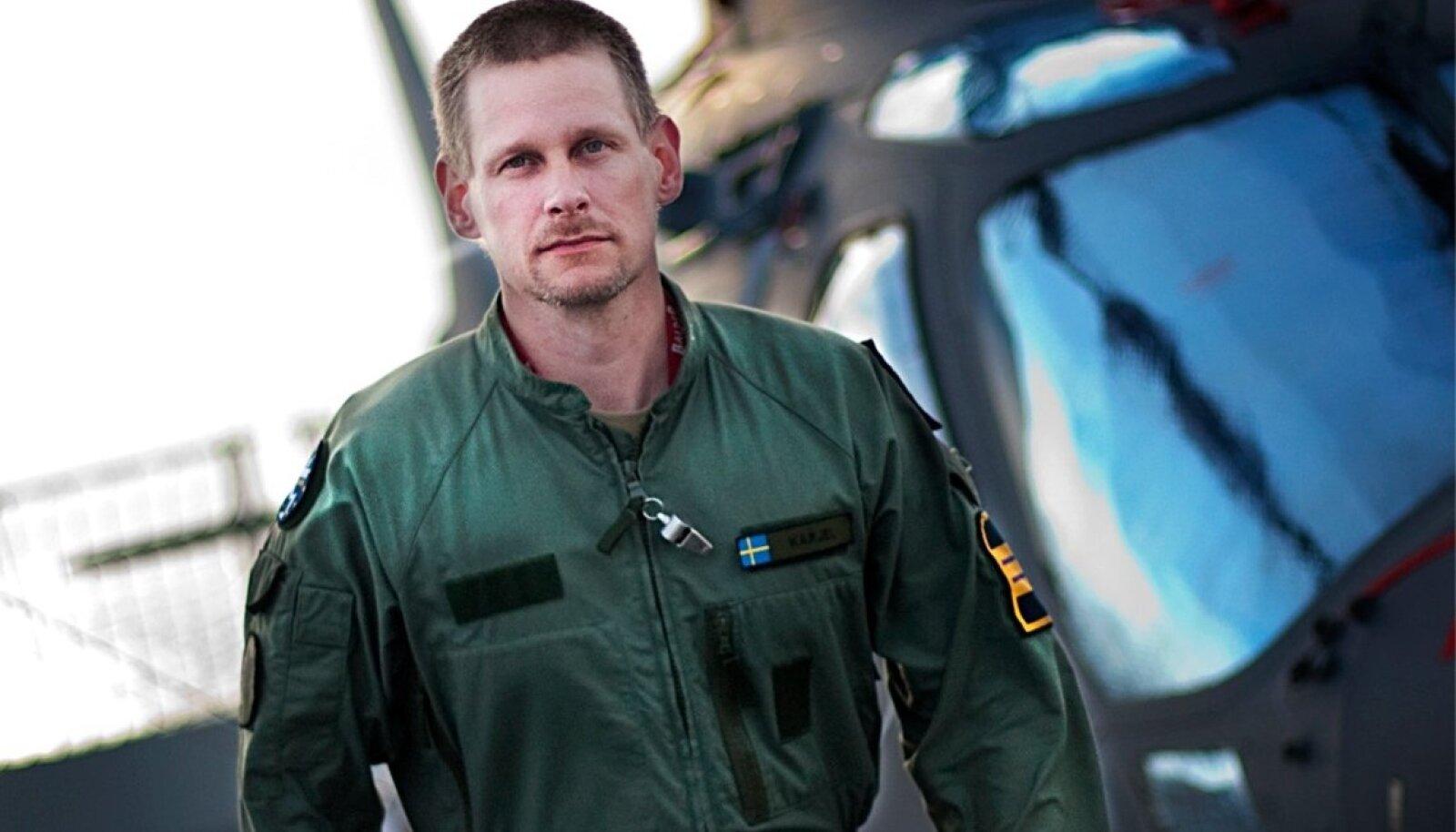 Robert Karjel on Rootsi lennuväe piloot, auastmelt  kolonelleitnant. Ta jagab oma paljusid kogemusi maailma konfliktikolletes ja räägib, kuidas seal hakkama saada.