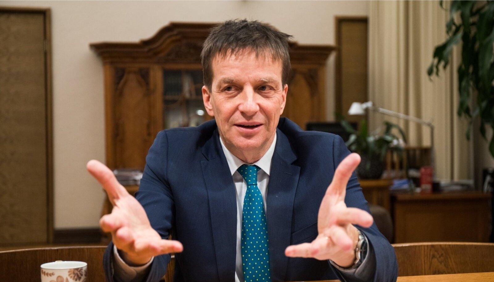 Keskpanga president Ardo Hansson ütleb, et lühemas perspektiivis võib kogutud säästude kohe kasutusse võtmise lubamine niigi kuumava majanduse täitsa lõhki kütta.