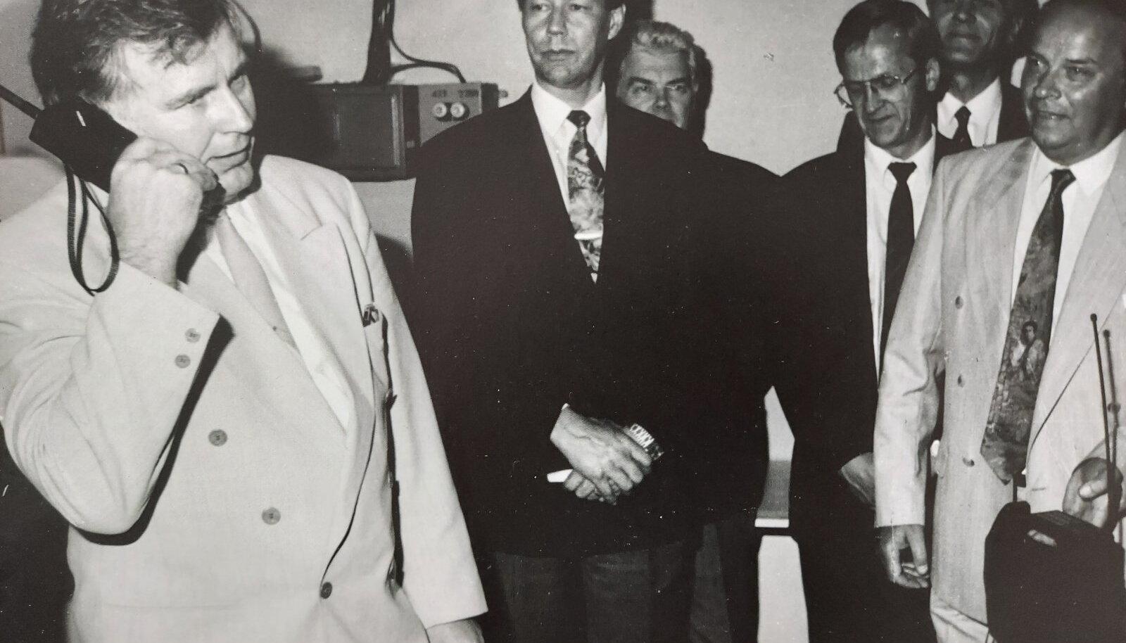 Peaminister Tiit Vähi tegemas esimest mobiilikõnet