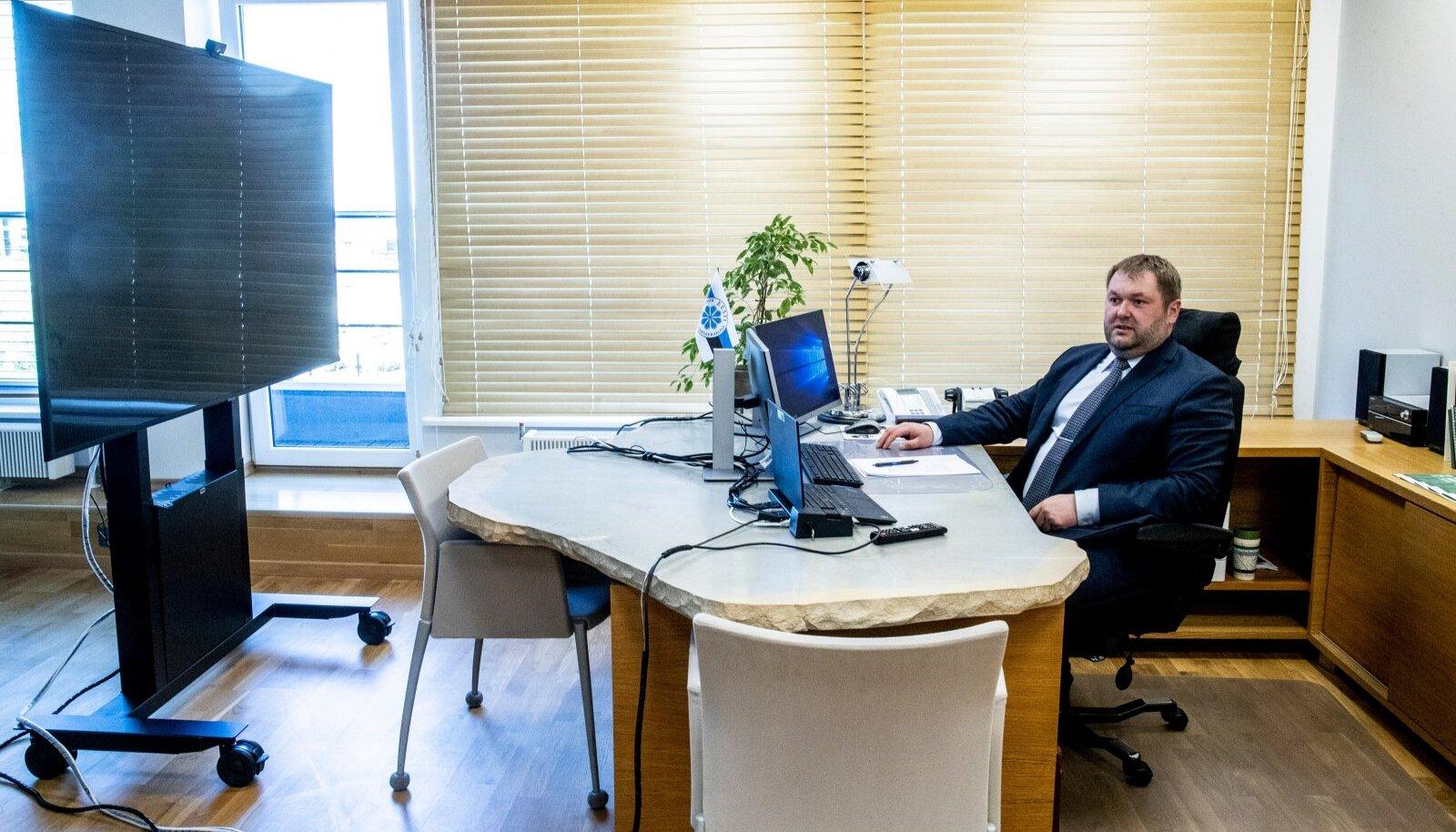 Keskkonnaminister Rene Kokk ütleb, et ka Euroopa Liidu tasandil tuleks vaadata, kas on ikka vaja nii paljudele kohtumistele kohale sõita. Paljud kohtumised võiksid toimuda interneti vahendusel. Nii saaks ka kokku hoida.