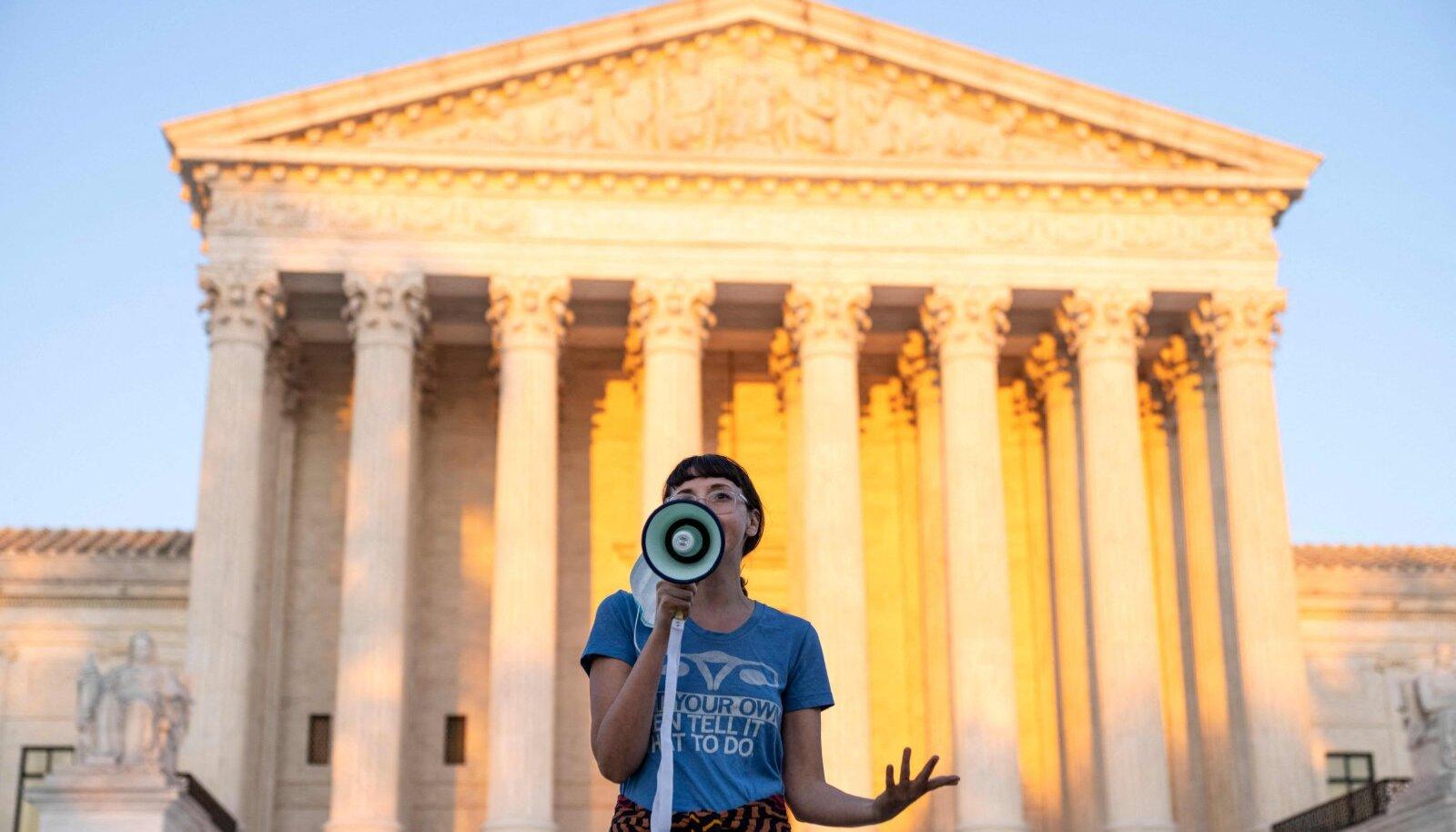Активистка, отказавшаяся назвать свое имя, выступает перед Верховным судом в знак протеста против нового закона Техаса об абортах, который запрещает процедуру примерно через шесть недель беременности 2 сентября 2021 года в Вашингтоне, округ Колумбия