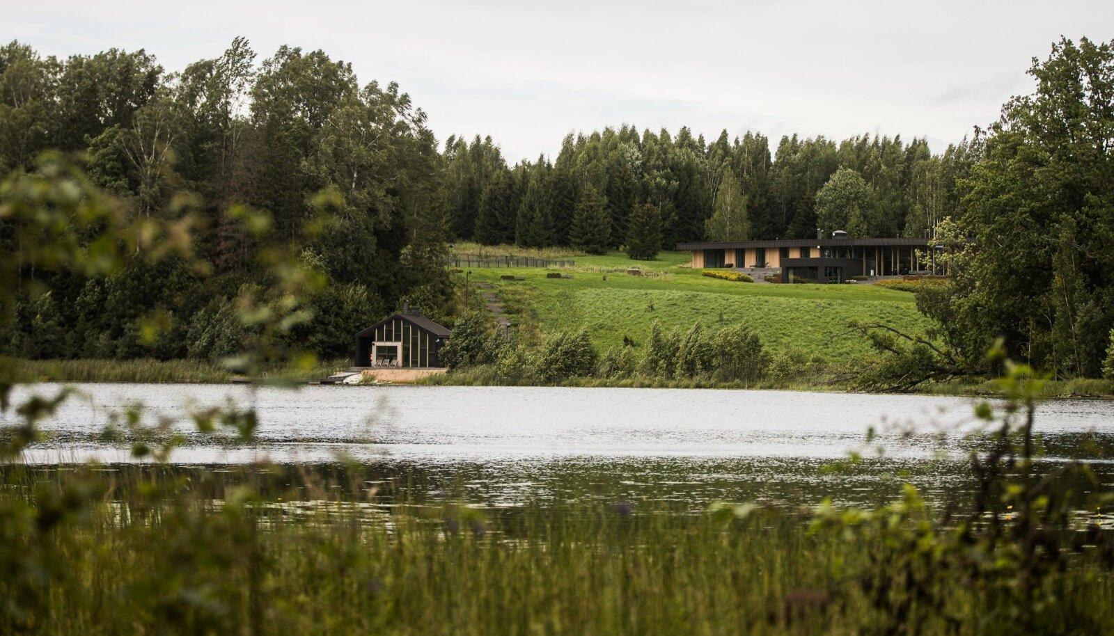 Kaitsealale ehitatud villa.