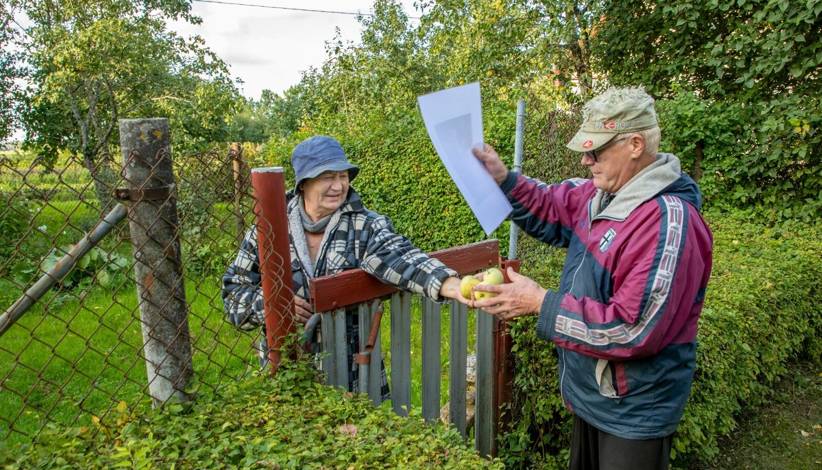 Ilmar Kiisk ja Natalja Svetosiva kostitavad Avispeal reportereid õuntega ning loodavad, et maaelu tundev Alar Karis tulevikuski maarahvast hooliks ning ka pensionitõusu ei unustaks.
