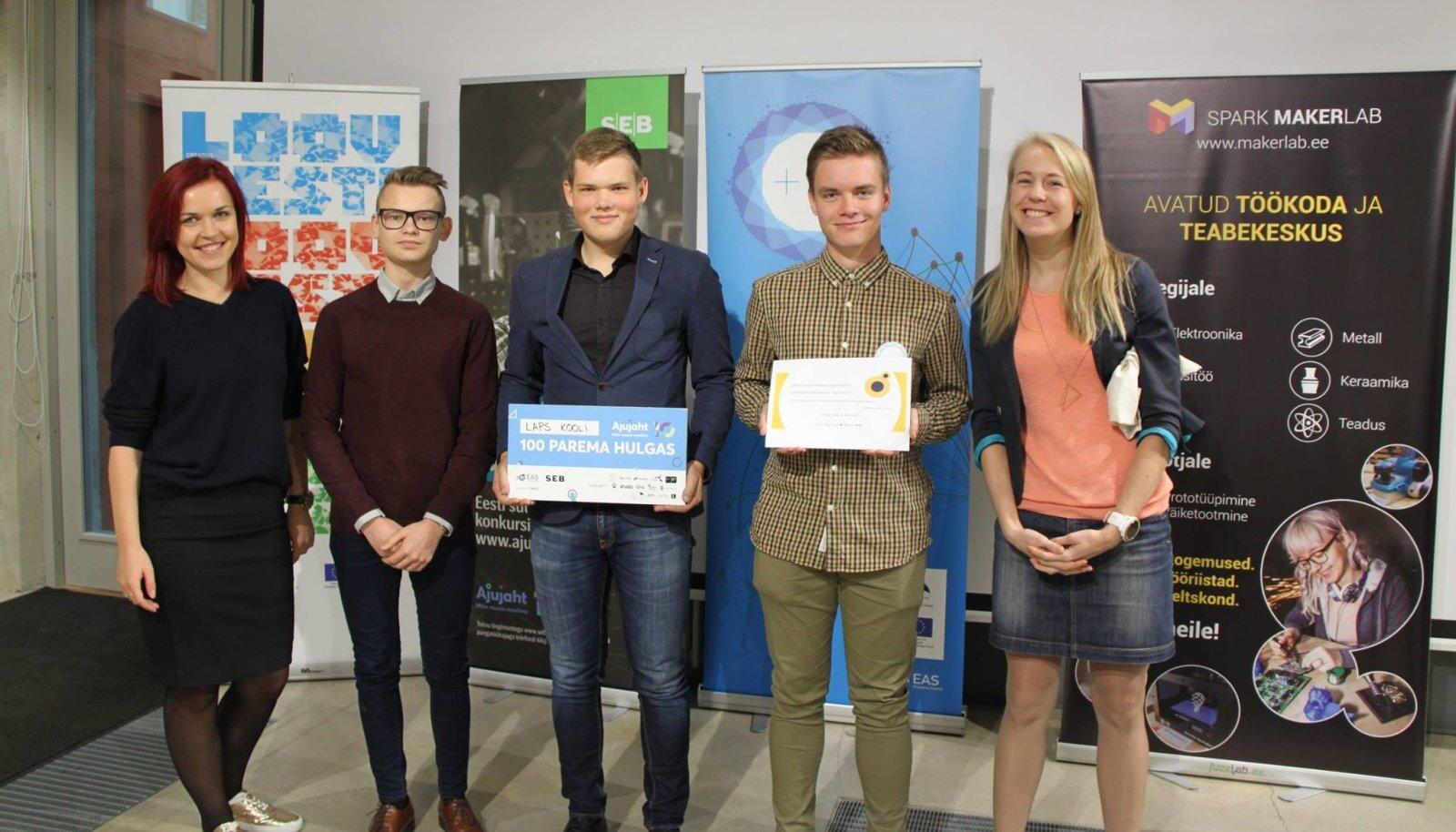 Õpilasfirma Laps Kooli esimene suurem võit: pääsemine Ajujahi top 100 tiimi hulka. Pildi keskel Sander Kukk, paremal õpilasfirma disainer Oskar Vilo ja vasakul firma müügijuht Andre Anni.