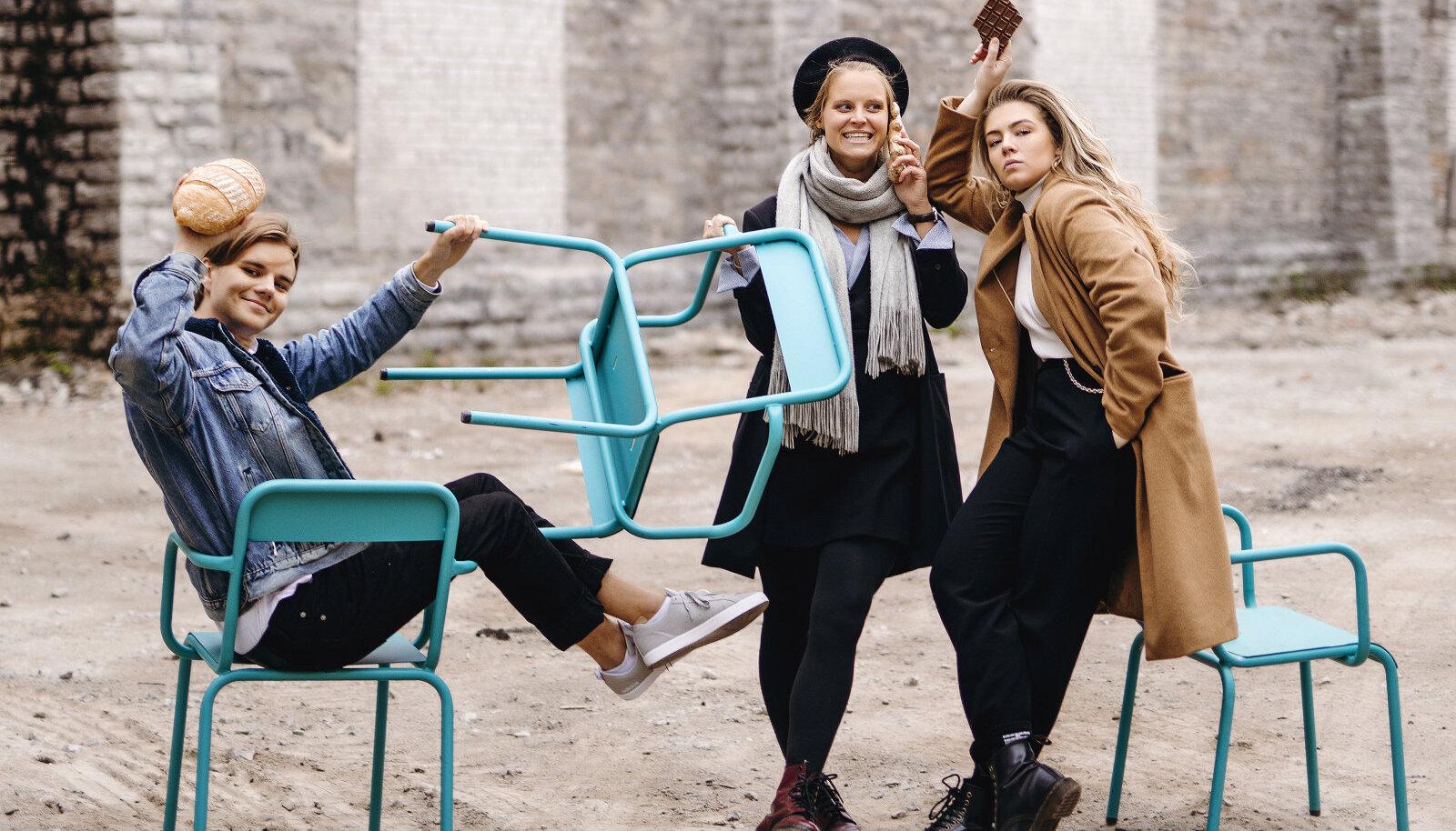 """""""Meil peab lihtsalt endal fun olema seda teha."""" Näljane Nelik, õigemini hetkel Näljane Kolmik: Rasmus Õisma, Marleen Valdmaa ja Susann Kõomägi. Kertu Rattus on parasjagu Brüsselis. Foto: Krõõt Tarkmeel"""