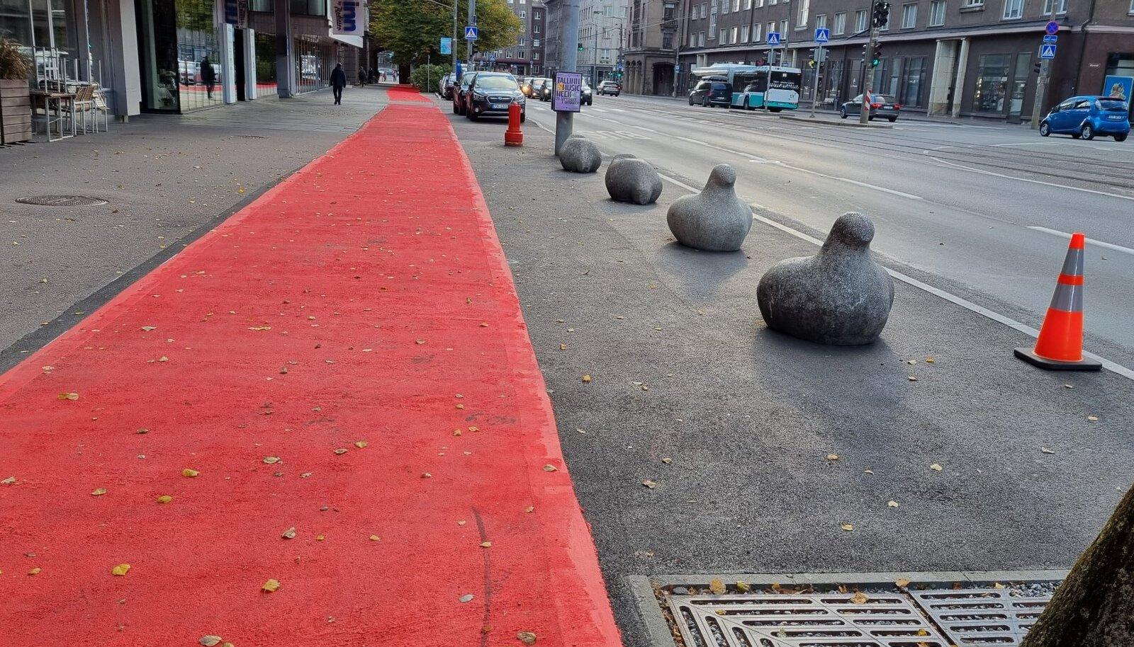 Värske termoplast Narva mnt kõnniteel, autode parkimiskohad täideti betoontuvidega