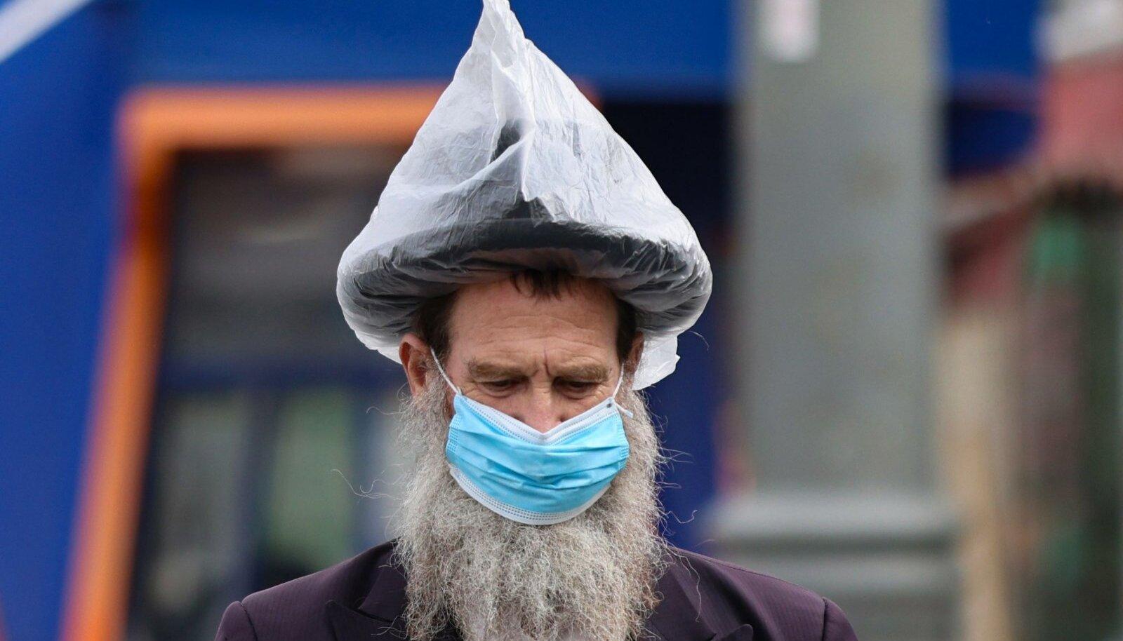 Maskikandmise vastased paistavad Iisraelis silma nt õigeusklike juutide hulgas, aga muidugi on ka korralikumaid kodanikke nagu sellel pildil näha (foto: AFP / Scanpix)