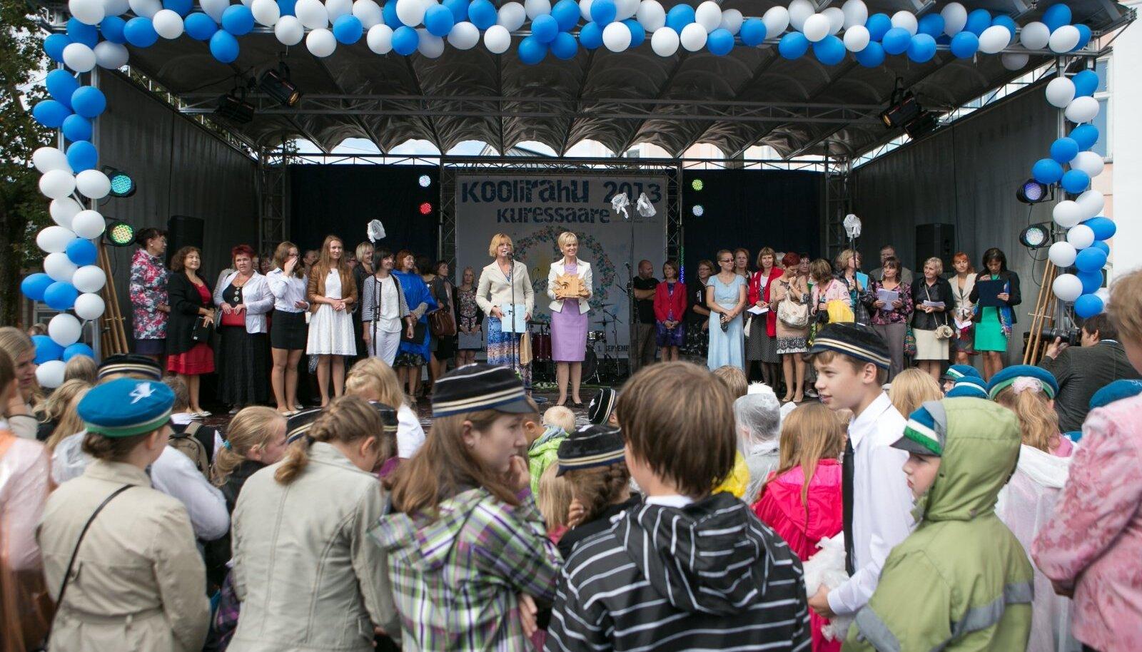 Fotomeenutus aastast 2013, mil koolirahu kuulutati välja Kuressaares.