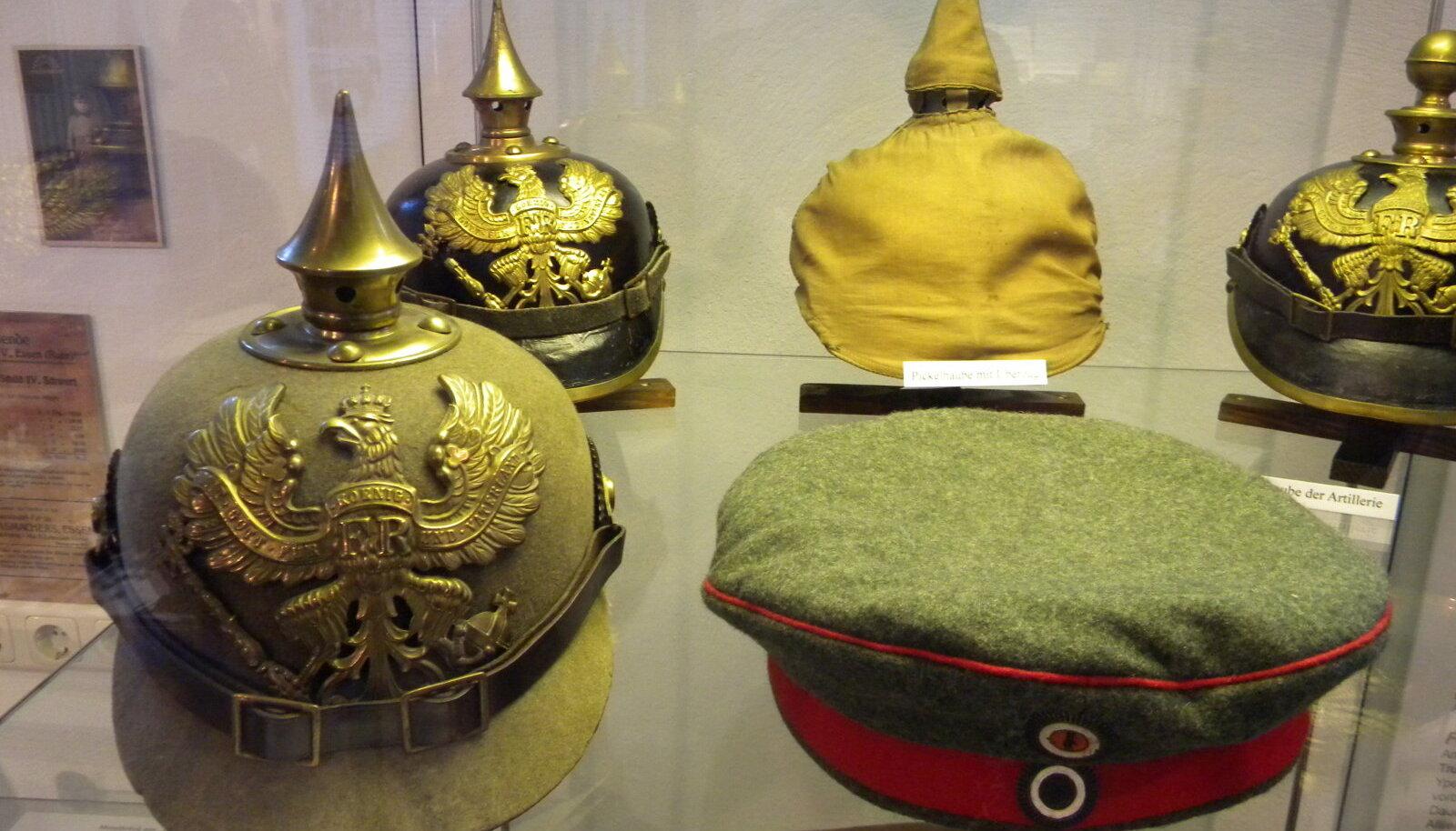 Saksa Keisririigi jäägrite kiivrid ja vormimütsid