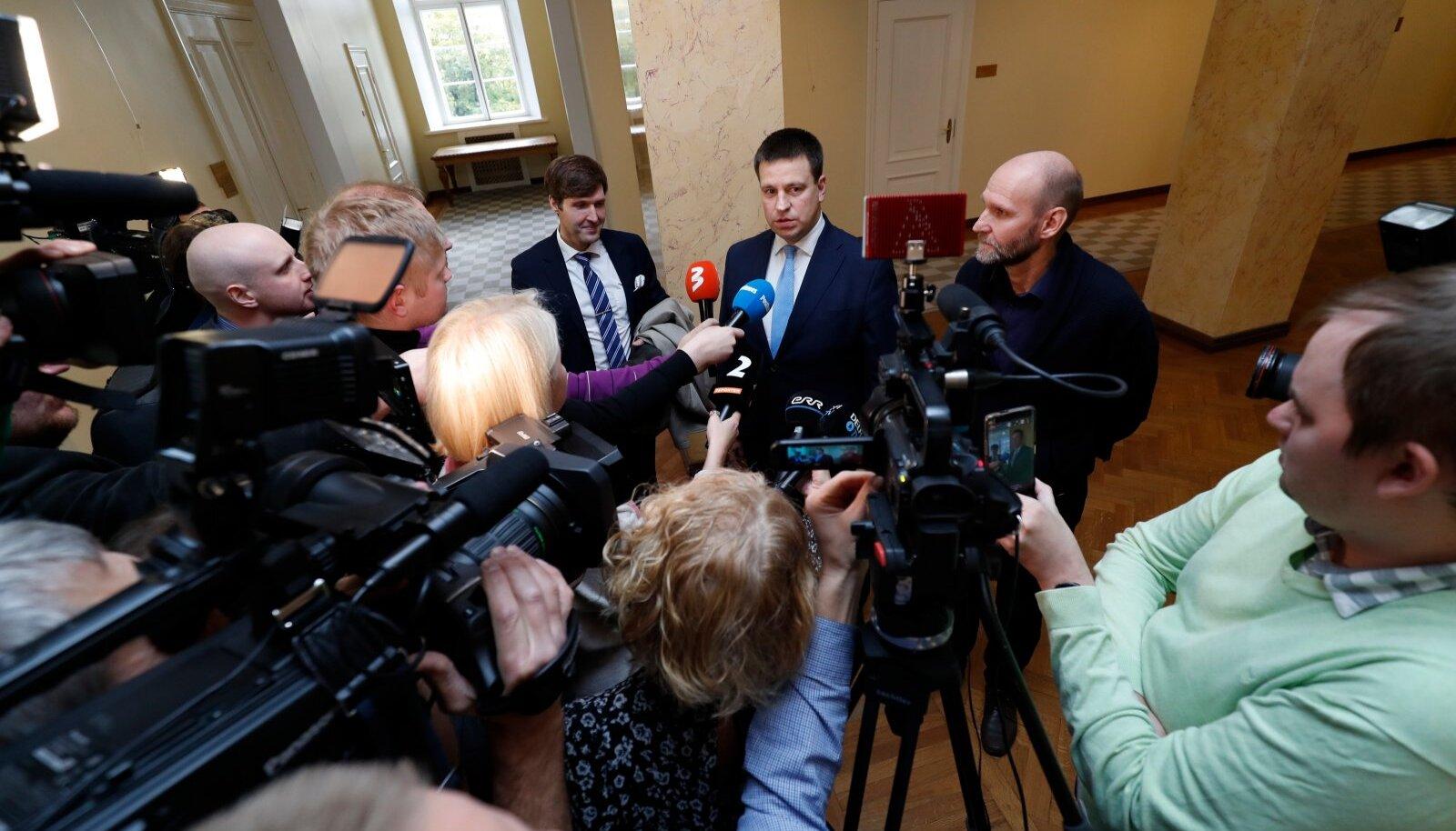 Koalitsioonierakondade esimehed eile Toompeal ajakirjanike ees.