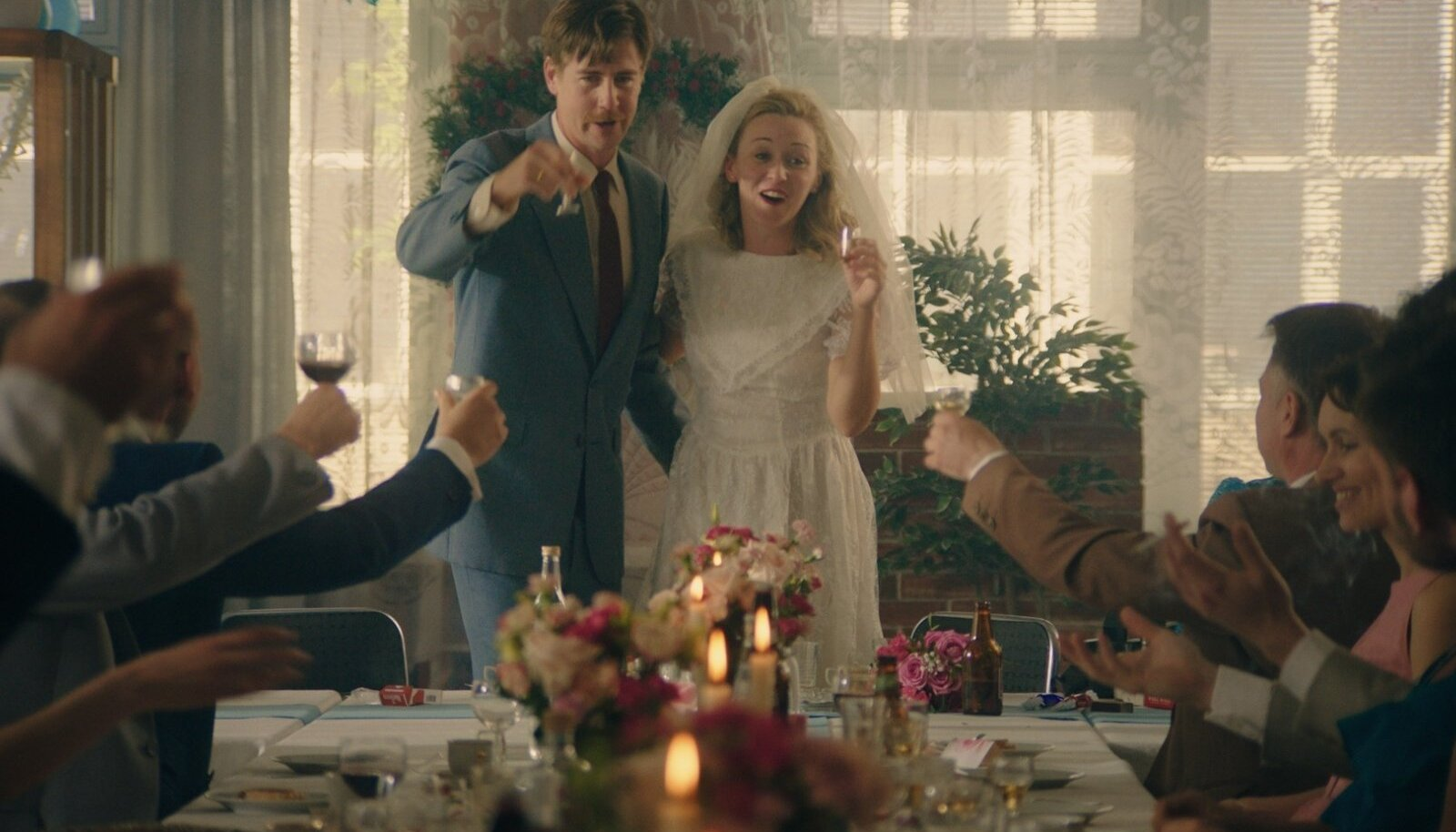 """""""Diana pulmapidu"""". Samal päeval, kui Londonis abielluvad Diana Spencer ja prints Charles, peavad ühes Norra väikelinna sööklas pulmapidu Liv ja Terje."""