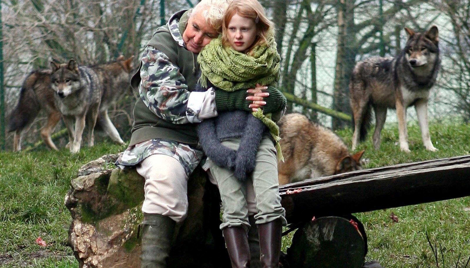 """KOOS HUNTIDEGA: Libaeluloo autor Misha Defonseca poseerimas koos filmis teda ennast mänginud noore näitlejanna Mathilde Goffartiga. Defonseca valesid täis raamatust vändati aastal 2007 film """"Surviving with Wolves""""."""