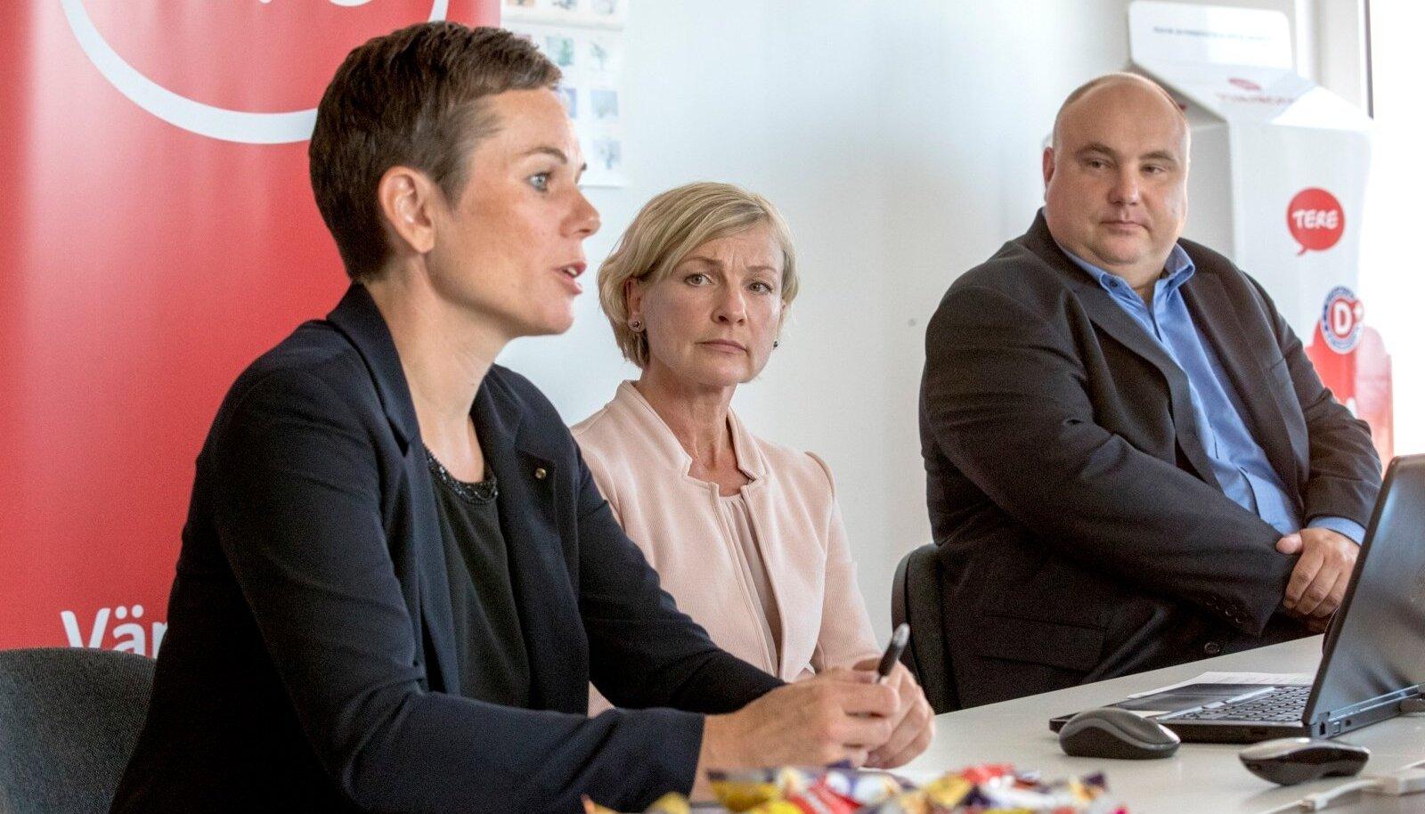 Tere juhataja Margit Talts, nõukogu esimees Katre Kõvask ning Farmi Piimatööstuse juhataja Valdis Noppel.