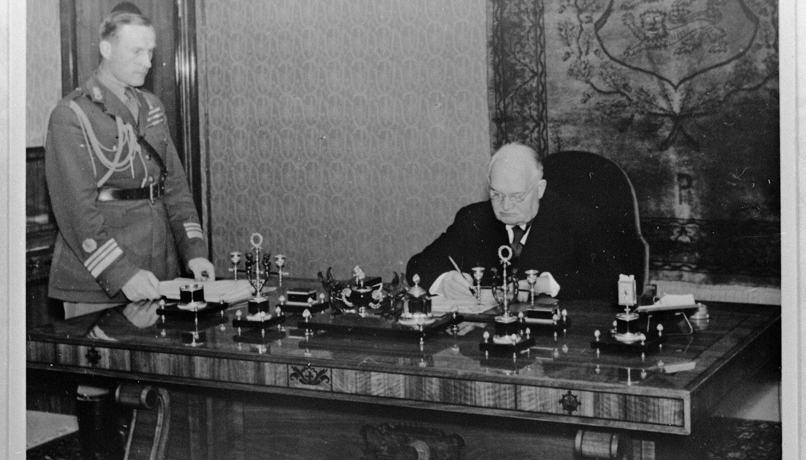 Lõpuks ometi president: Konstantin Päts oma uue töölaua taga Kadrioru lossis