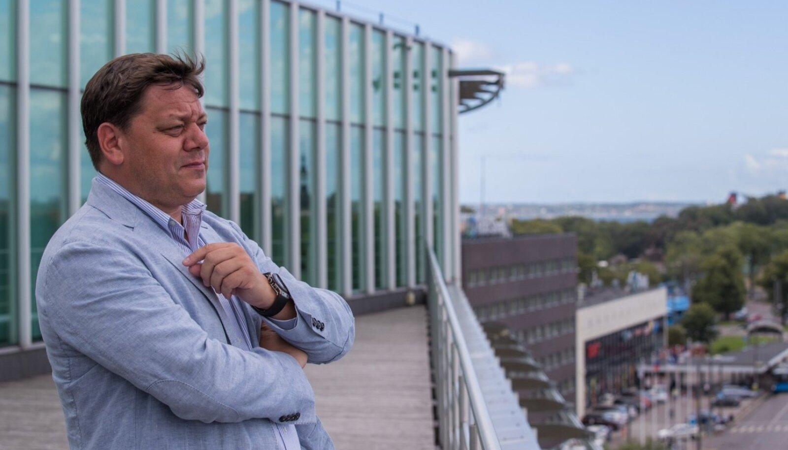 Sulev Loo nendib Eesti Raudtee peahoone katuseterrassil seistes, et iga töötaja kohta on kontoris pinda kaks korda rohkem kui vaja. Tuleb kas ära kolida või kontor ümber ehitada.