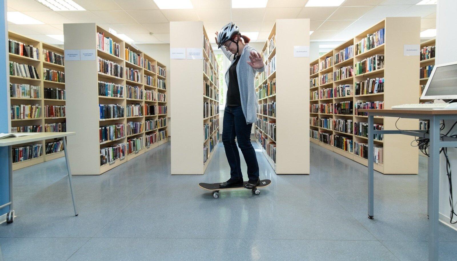 Kalamaja raamatukogu juhataja Helen Reiser-Liim sõidab rulaga, mida iga soovija raamatukogust laenata saab.