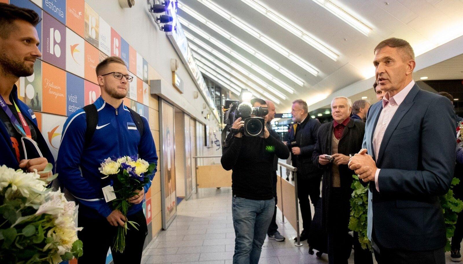 EOK president Urmas Sõõrumaa õnnitlemas DOha MM-i kangelasi Magnus Kirti ja Janek Õiglast.