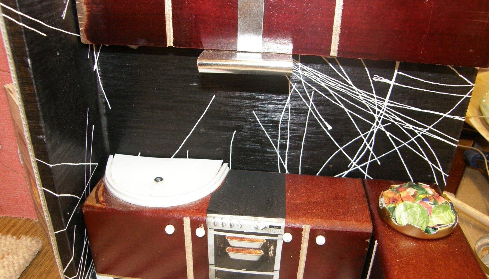 Plastkaanest valmistatud valamu nukumaja köögis.