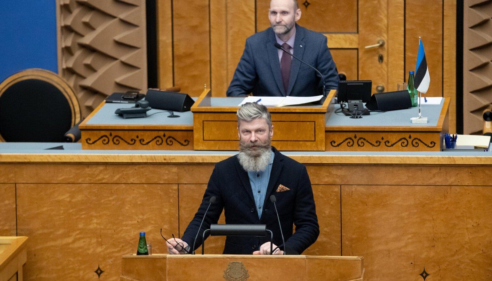 Hiiumaa volikogu esimees Aivar Viidik täidab aasta algusest ka riigikogulase kohustusi, kus ta asendab kaitseministriks saanud Kalle Laanetit.