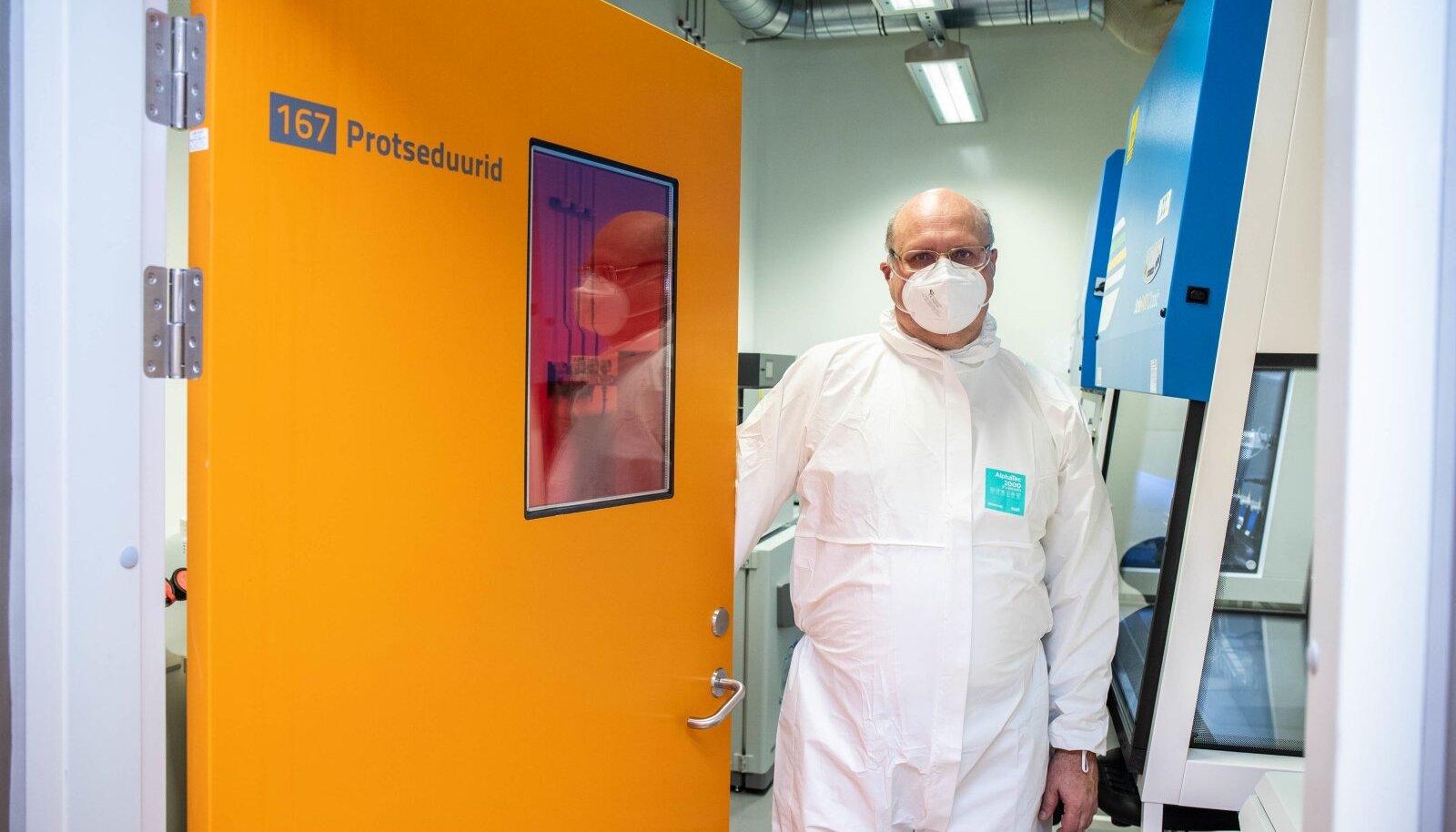 Professor Andres Merits on üks neist teadlastest, kes uurib Eesti inimeste verd. Siiani on ta leidnud, et vaktsineeritud on viiruse vastu oluliselt kaitstumad kui COVID-19 läbipõdenud, sest nende antikehade hulk on suurem ja kvaliteetsem.
