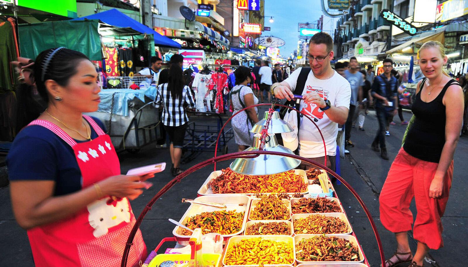 Tänavatoit on väga pikka aega olnud oluline osa Bangkoki ja kogu Tai DNAst. Enam kui 20 000 tänavatoidulahvkat, hawker'it, seab ennast linna 50 piirkonnas igapäevaselt üles, et pakkuda nii kohalikele kui turistidele hommikusööki, lõunat, õhtueinet ja loomulikult öiseid snäkke.