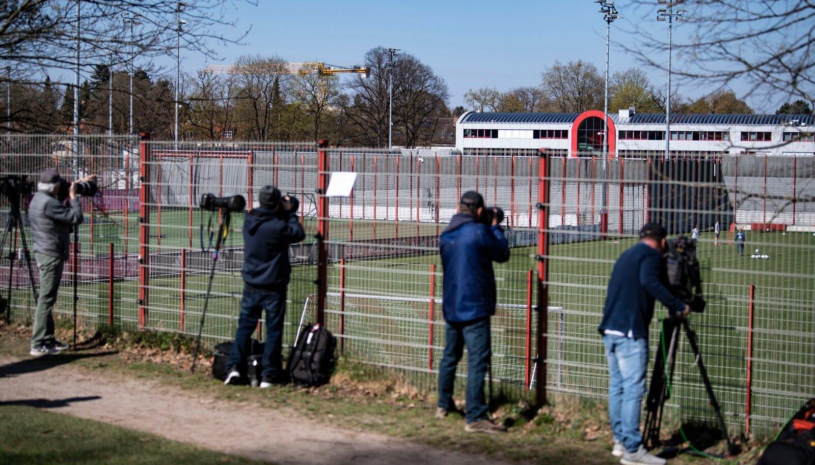 Fotograafid ja kaameramehed Müncheni Bayerni treeningkeskuses.