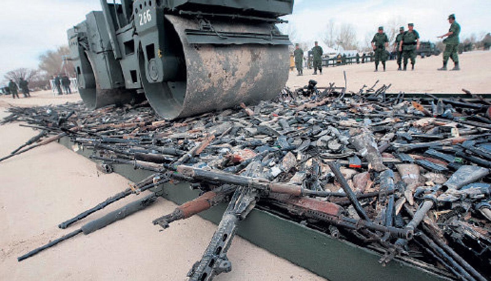 Mehhiko armee hävitab riigi vägivaldsetelt narkokartellidelt konfiskeeritud tulirelvi, fotol jääb teerulli alla vähemalt 6000 automaati ja püstolit.