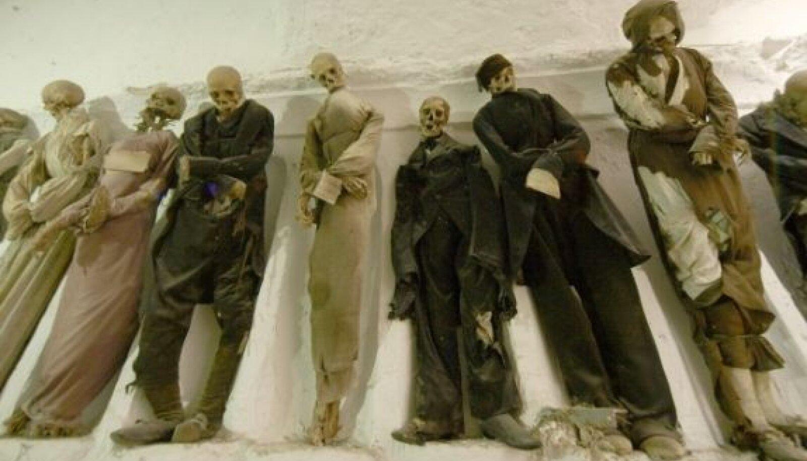 Tuhanded muumiad ripuvad katakombide seintel juba aastasadu, pead rippu, riided pudedaks muutunud ning tühjad silmakoopad möödujatesse pilke puurimas.