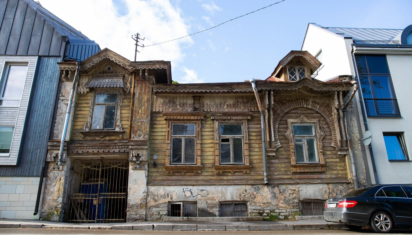 Teisipäeval kaetakse Poska 41 maja telgiga, et hakata fassaadi ja katust taastama.