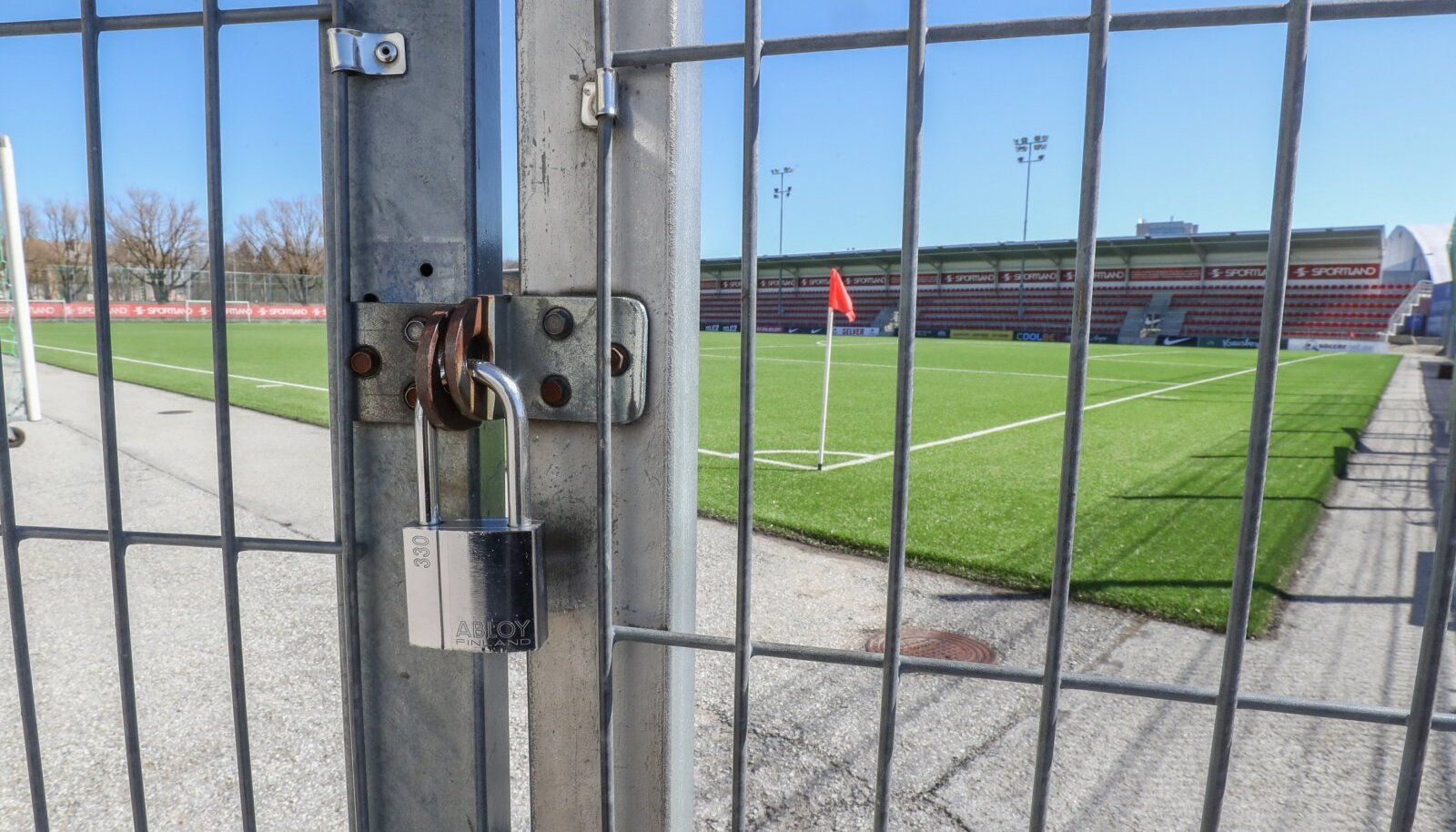 Suletud jalgpallistaadion.