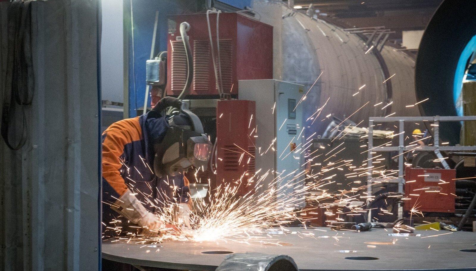 Swedbank tutvustas tööstusuuringut Estanci tehases