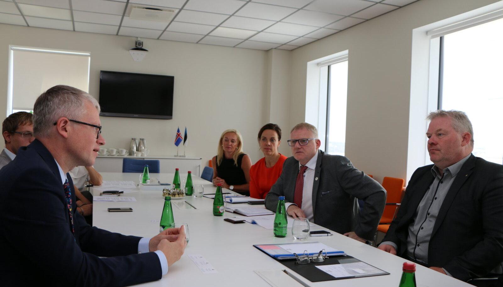 Riigihalduse minister Janek Mäggi tutvustab Islandi kolleegile haldusreformi