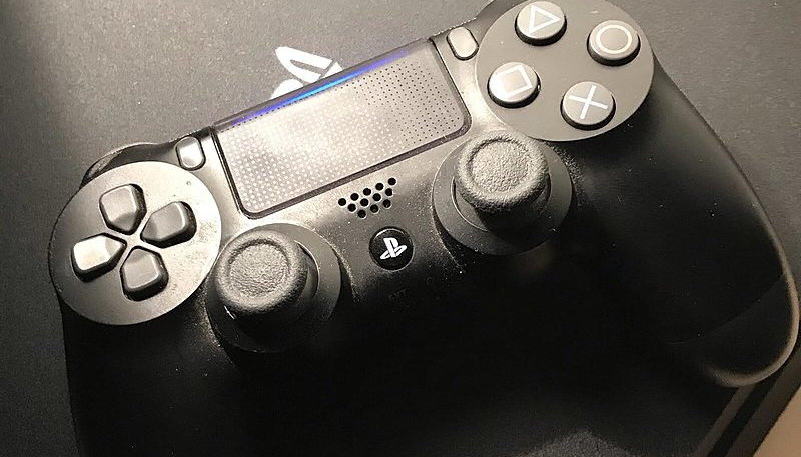 Kuna PS5-st veel veebis pilte pole, siis olgu avapildiks PS4 koos selle puldiga. (Wikimedia Commons / Kamekonas)