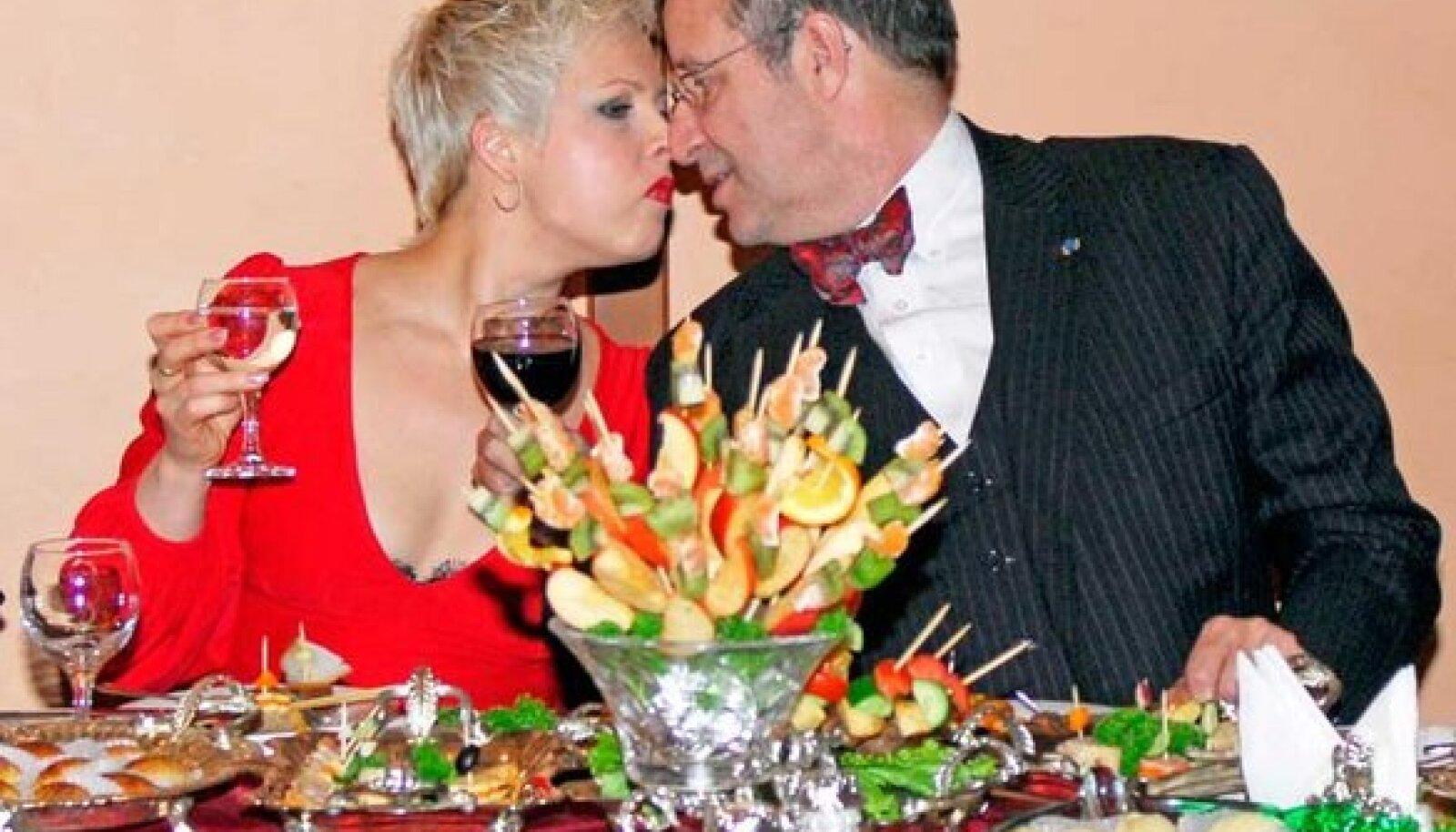 VÄLISMAAL PAKUTAKSE RIKKALIKULT SÜÜA: Evelin ja Toomas Hendrik Ilves tänavu jaanuaris Bakuu ühes džäss-klubis õhtust söömas. President üritas Aserbaidžaani-visiidil muuhulgas päästa Eesti ettevõtjate untsuläinud maaostu. Viimast küll ei saatnud eriline edu.