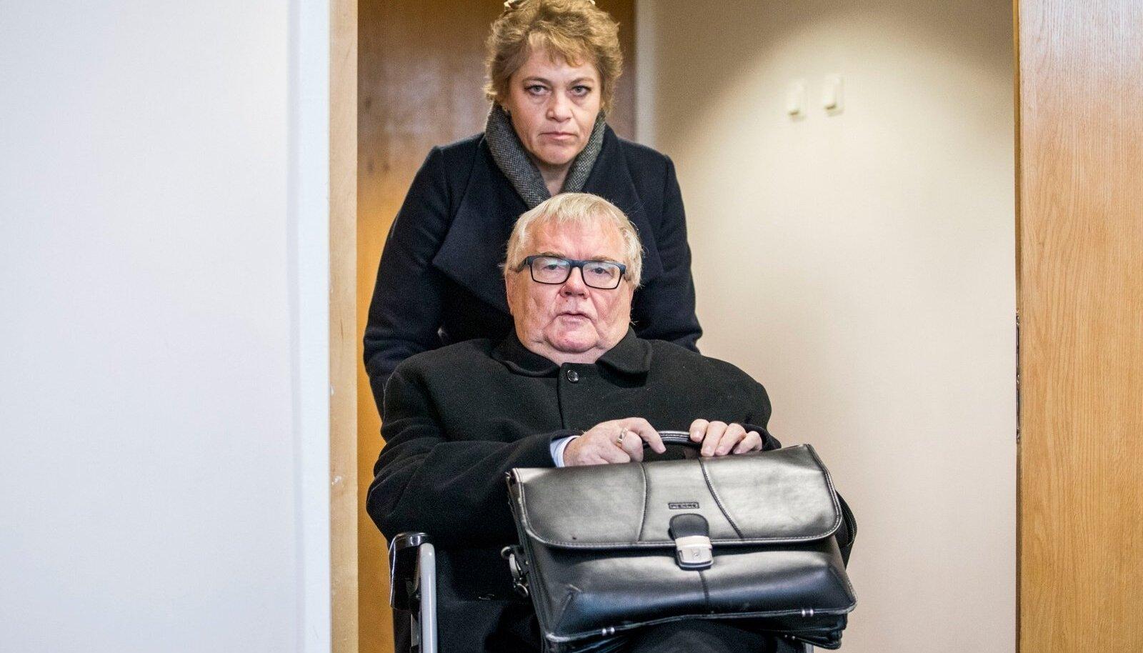 RASKELT HAIGE: Edgar Savisaar avalikustas tänavu, et põeb mitmeid väga tõsiseid haigusi. Jala kaotamise tõttu liigub ta sageli ringi ratastoolis. Siin pildil lükkab sõiduvahendist Jelena Valme.