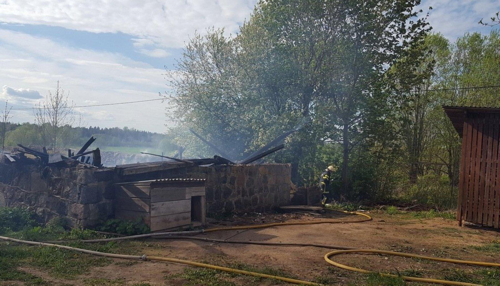 Kärde külas maha põlenud ait