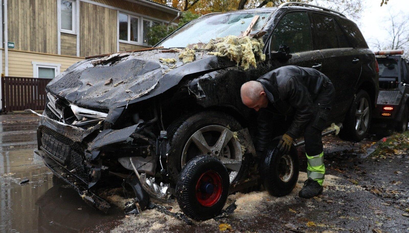 VIGANE MAASTUR: Andruse auto pärast majja sõitmist.