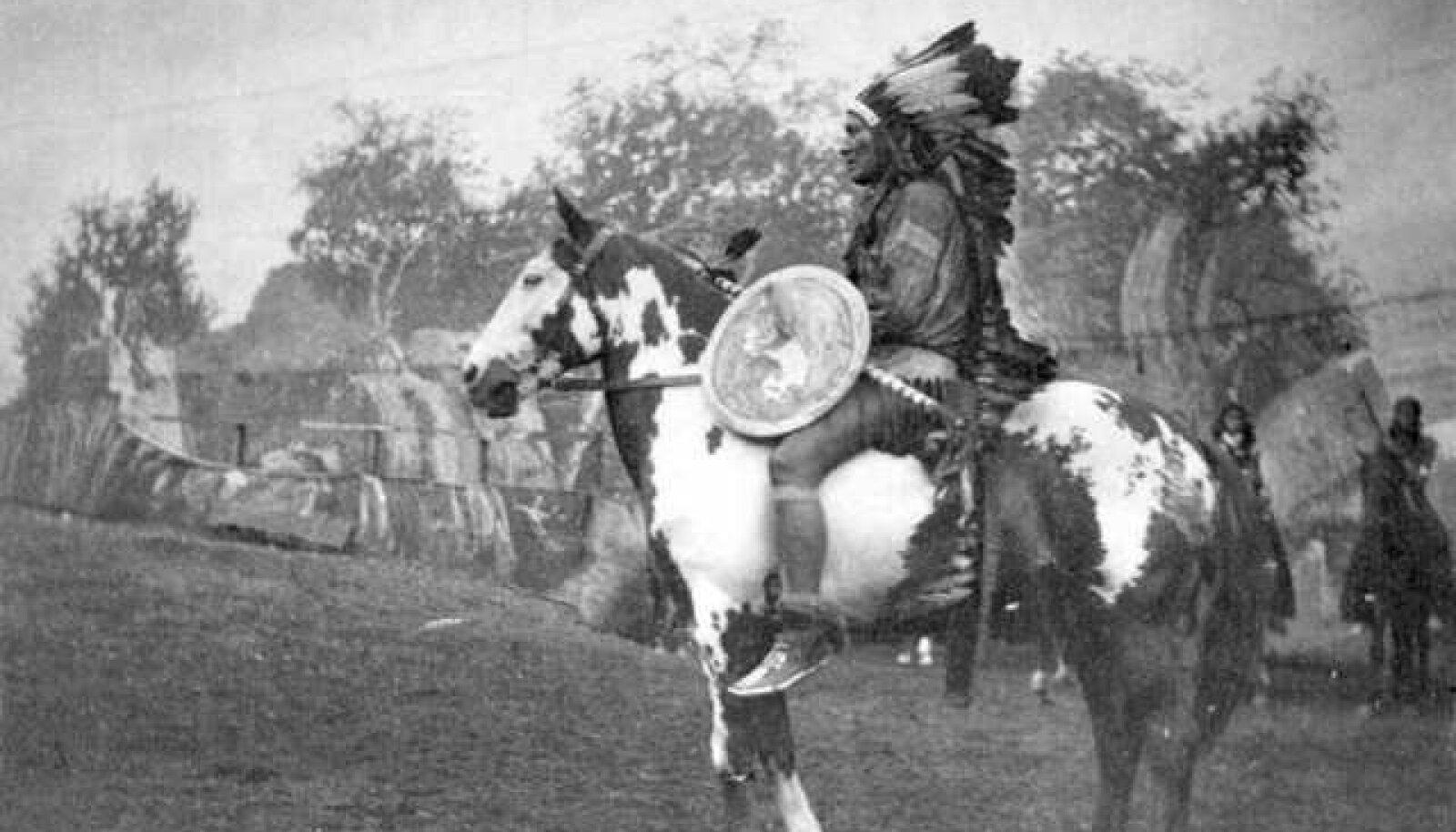 Usutavasti 1892. aastast pärinev jäädvustus indiaanlasest hobuse seljas (foto: A. R. Dresser, Nate Salsbury)