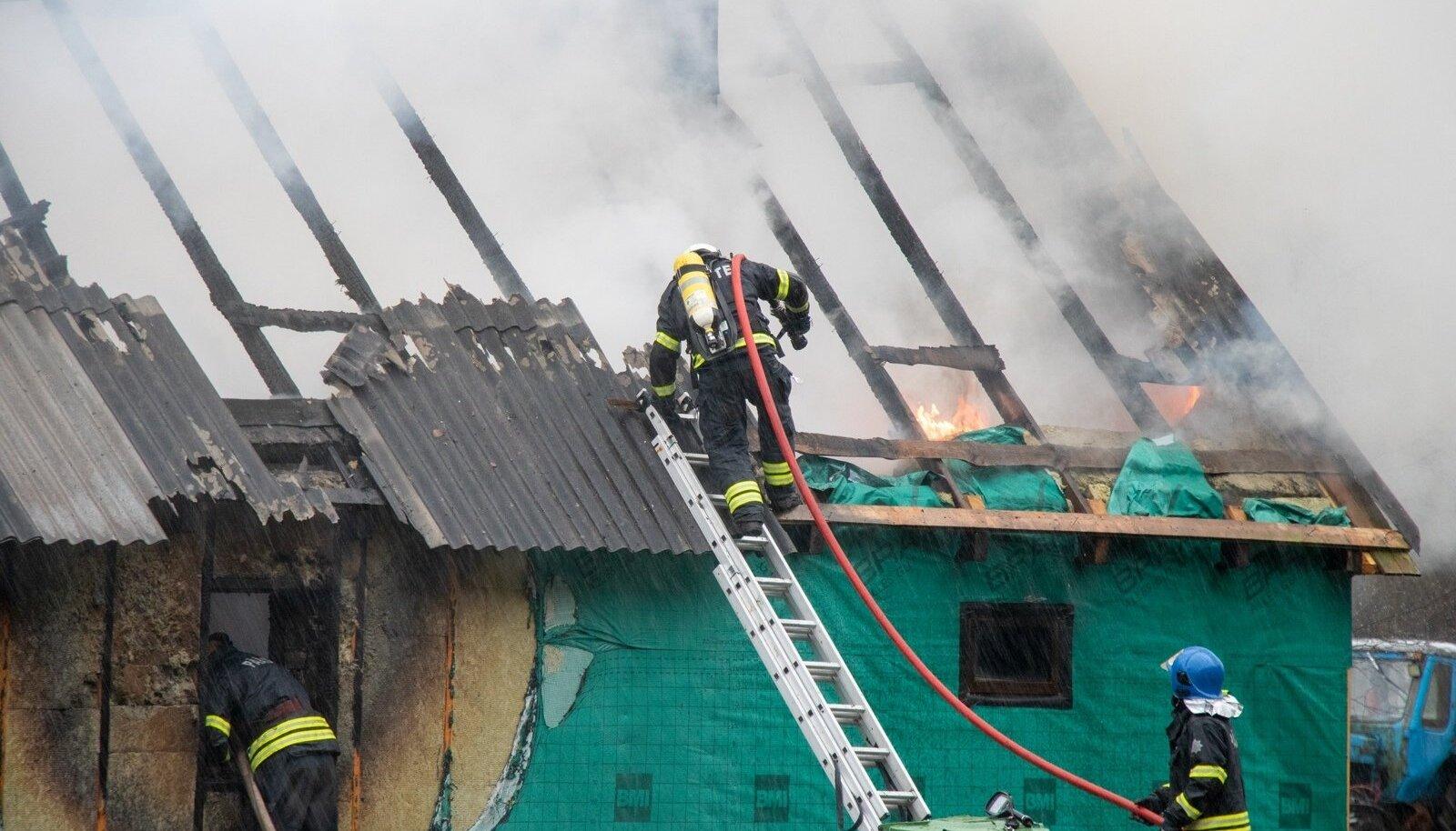 Häirekeskus sai teate põlengust kolmapäeva hommikul kell 08.42. Helistaja sõnul nägi ta , et naabri majast tõuseb halli värvi suitsu.